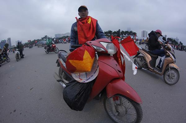 Suốt 7 tiếng đồng hồ, người hâm mộ vẫn chờ U23 Việt Nam không mệt mỏi tại Mỹ Đình - 1