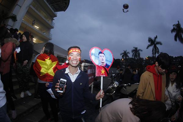 Suốt 7 tiếng đồng hồ, người hâm mộ vẫn chờ U23 Việt Nam không mệt mỏi tại Mỹ Đình - 3
