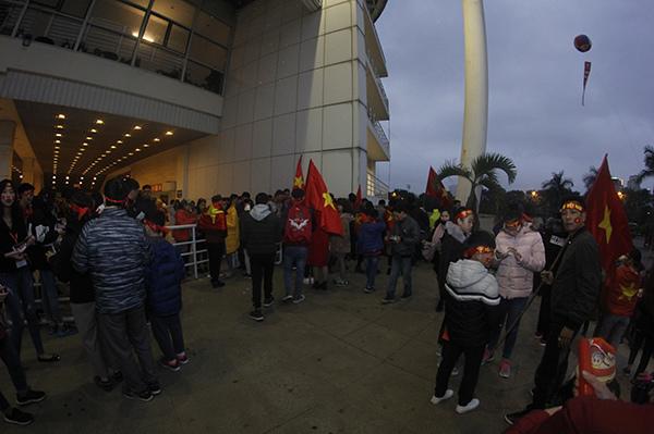 Suốt 7 tiếng đồng hồ, người hâm mộ vẫn chờ U23 Việt Nam không mệt mỏi tại Mỹ Đình - 2