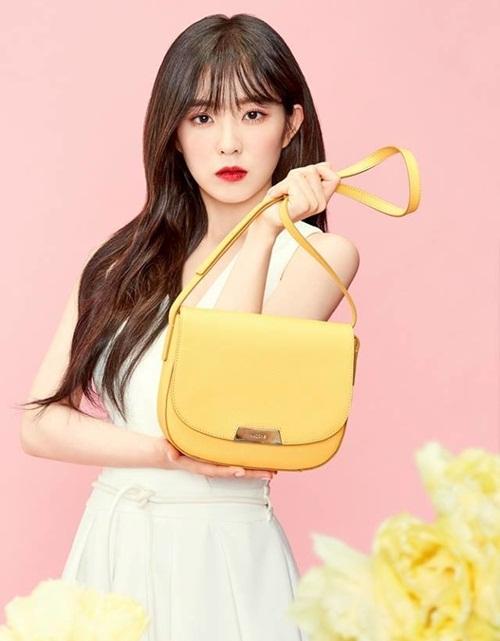 Irene chỉ dùng một chiếc túi tối giản dù quảng cáo cho thương hiệu nổi tiếng