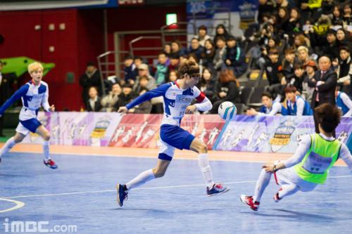 Khán giả thấy bóng dáng quen thuộc của HLV Park Hang Seo bên sân thi đấu của  Idol Star Championships  2015.