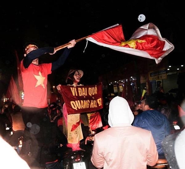 Những khẩu hiệu cổ vũ chất nhất của CĐV dành tặng U23 Việt Nam - 5