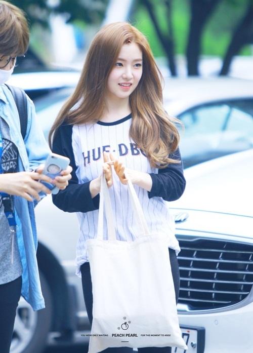 Irene chỉ dùng một chiếc túi tối giản dù quảng cáo cho thương hiệu nổi tiếng - 4