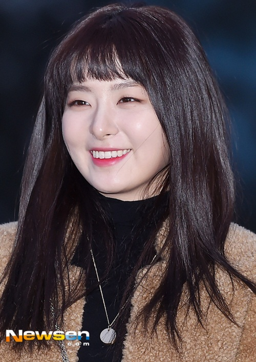 Suzy khoe mặt mộc, Irene hết hồn vì fan cuồng khi đến Music Bank - 6