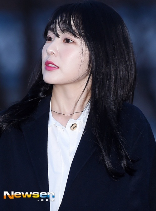 Suzy khoe mặt mộc, Irene hết hồn vì fan cuồng khi đến Music Bank - 3