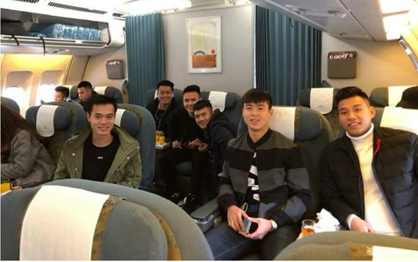 Các thành viên U23 Việt Nam hớn hở khoe ảnh vào TP. HCM
