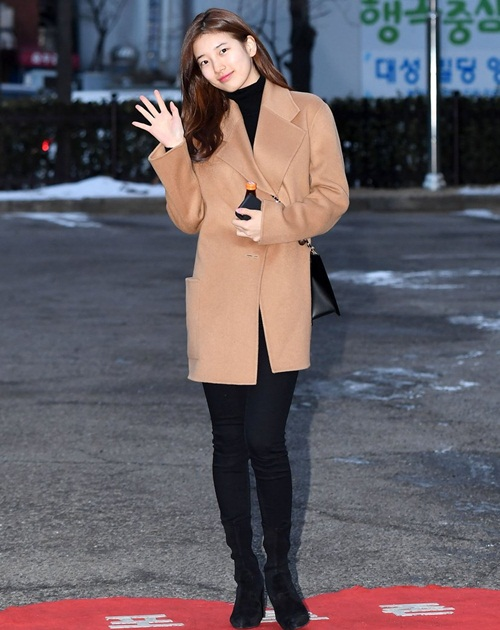 Suzy khoe mặt mộc, Irene hết hồn vì fan cuồng khi đến Music Bank