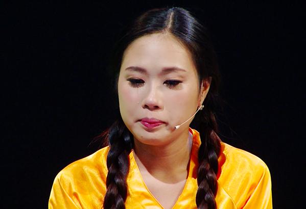 Cô gái rơi nước mắt vì bị bạn trai từ chối tình cảm.