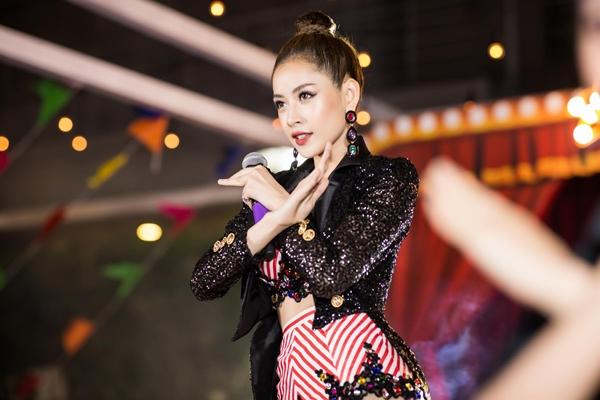 Chi Pu tự tin biểu diễn trên sân khấu.