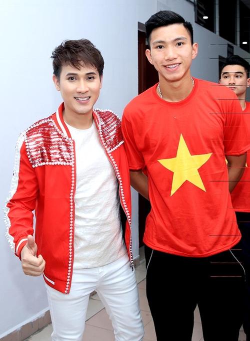 Nguyên Vũ nhắng nhít pose hình với từng cầu thủ U23 ở hậu trường - 4