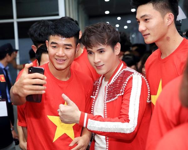 Nguyên Vũ nhắng nhít pose hình với từng cầu thủ U23 ở hậu trường - 1