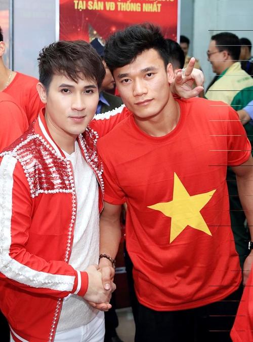 Nguyên Vũ nhắng nhít pose hình với từng cầu thủ U23 ở hậu trường - 6