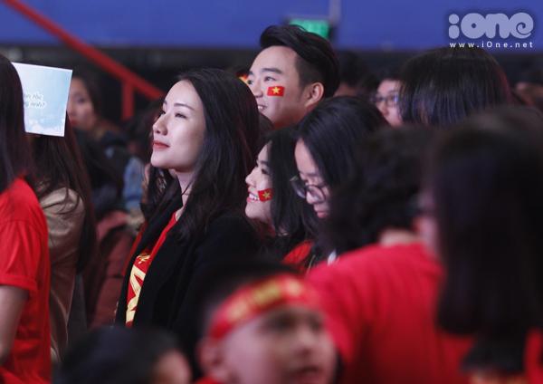Huyền My trang điểm, mặc đồ sang chảnh đến giao lưu cùng U23 Việt Nam - 6