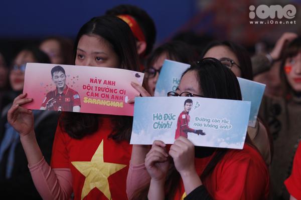 Huyền My trang điểm, mặc đồ sang chảnh đến giao lưu cùng U23 Việt Nam - 9