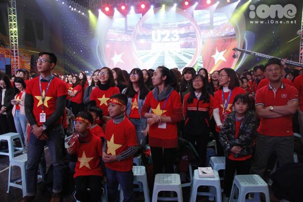 Huyền My trang điểm, mặc đồ sang chảnh đến giao lưu cùng U23 Việt Nam - 11