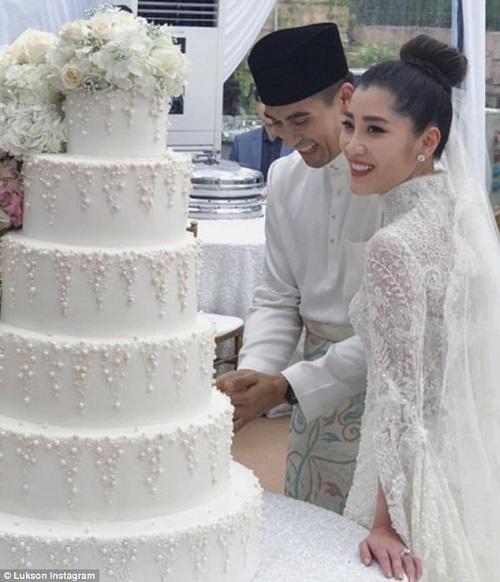 Chiếc bánh cưới sáu tầng càng làm nổi bật đám cưới nhuốm màu cổ tích của cặp đôi.