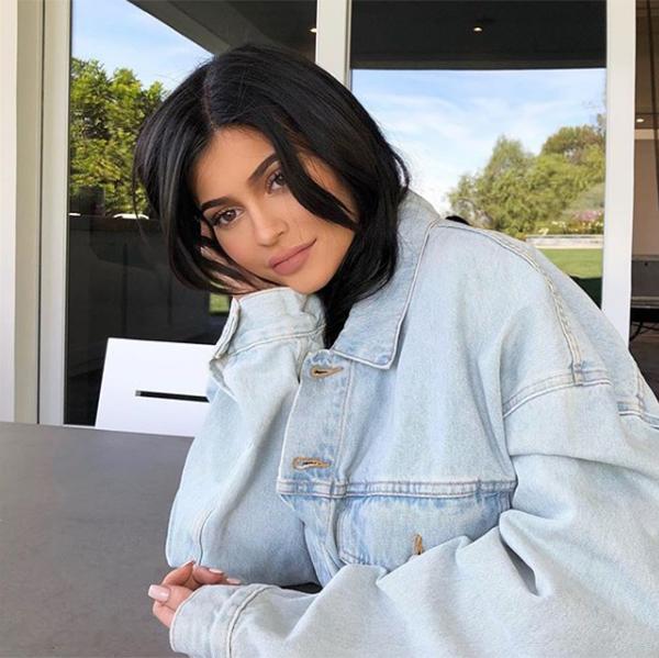 Loạt ảnh bụng bầu vượt mặt vẫn sexy lần đầu công bố của Kylie Jenner