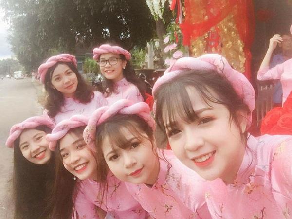 Các cô gái tươi cười rạng rỡ.
