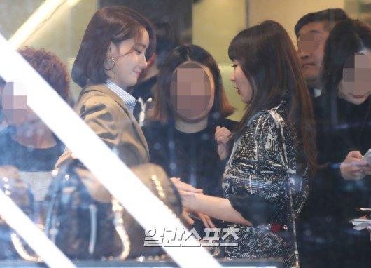 Tiền bối Yoon Ah nắm tay Seul Gi thân thiết khi gặp nhau ở sự kiện.
