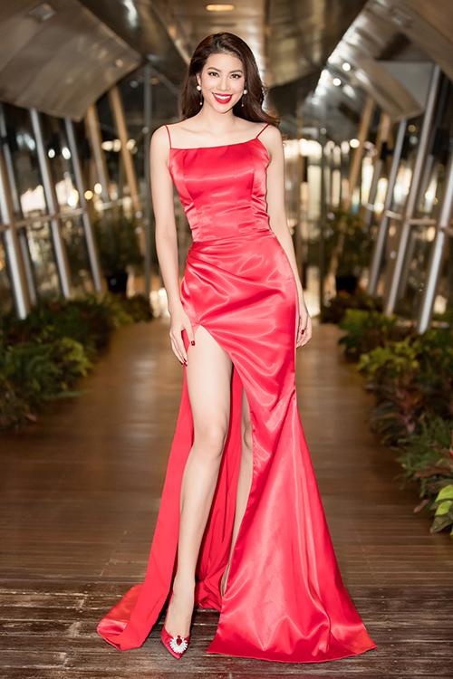 Phạm Hương khoe thân hình chuẩn mực trên thảm đỏ - 2
