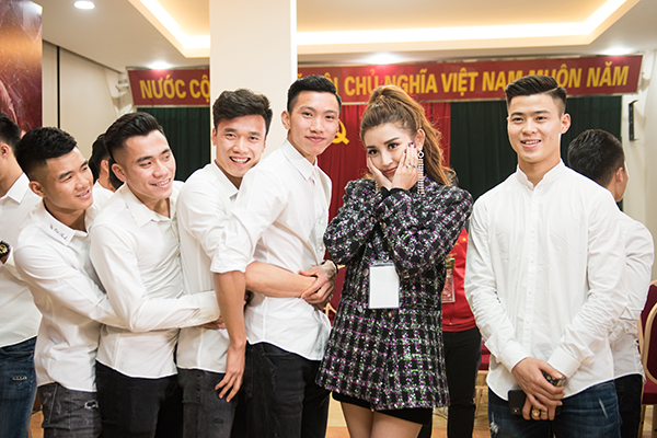 Huyền My trang điểm, mặc đồ sang chảnh đến giao lưu cùng U23 Việt Nam - 5
