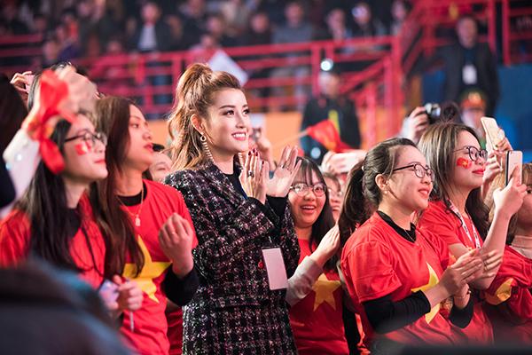 Huyền My trang điểm, mặc đồ sang chảnh đến giao lưu cùng U23 Việt Nam - 1
