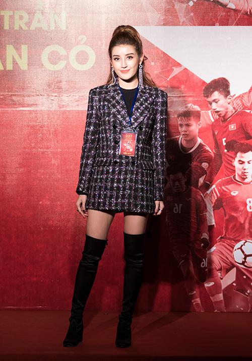 Huyền My trang điểm, mặc đồ sang chảnh đến giao lưu cùng U23 Việt Nam