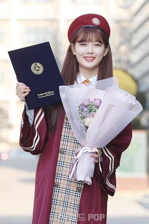 Kim Yoo Jung và loạt sao Kpop rạng rỡ trong ngày tốt nghiệp cấp 3 - 1