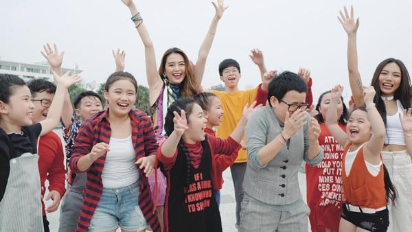 Phương Uyên - Thiều Bảo Trang quậy bung nóc với học trò trong MV Tết - 3
