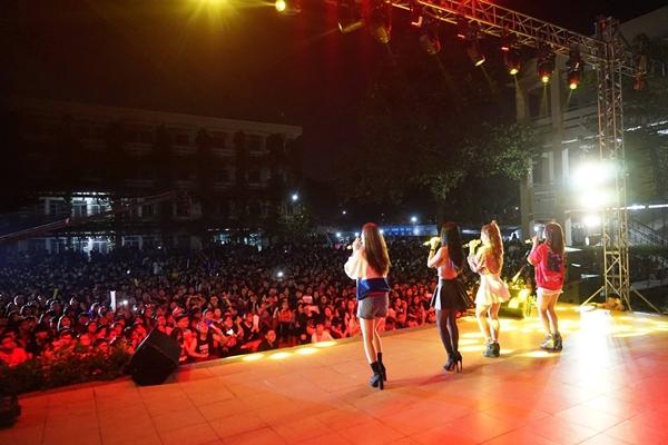 Sân trường Phú Nhuận kín người xem loạt sao bùng nổ - 1