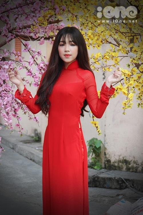 Girl xinh đua nhau diện áo dài xuống phố pose hình xuân