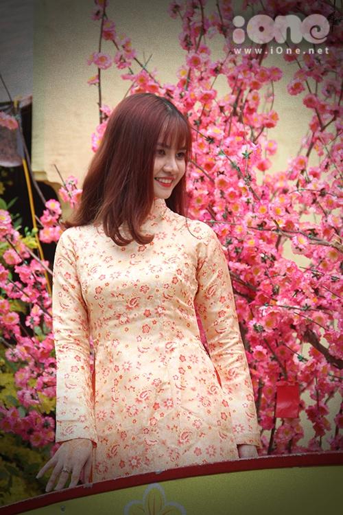 Girl xinh đua nhau diện áo dài xuống phố pose hình xuân - 5