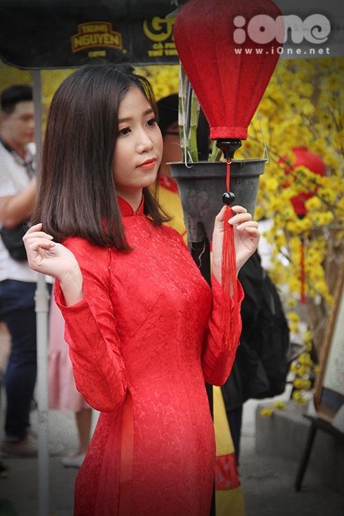 Girl xinh đua nhau diện áo dài xuống phố pose hình xuân - 7