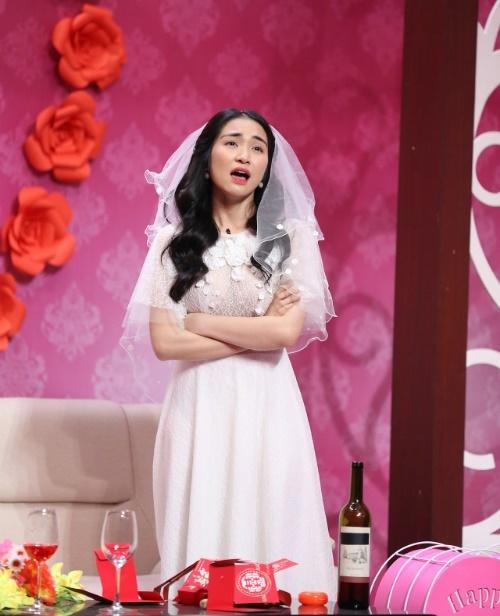 Hòa Minzy biến hóa liên tục để ứng xử tình huống trên sân khấu.