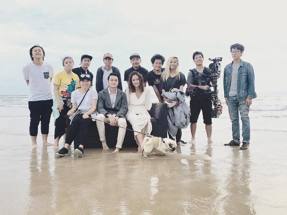 Cô chụp hình cùng đoàn quay MV ca nhạc của ca sĩ Quang Vinh.