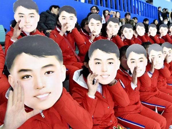 Đội cổ vũ Triều Tiên nhảy theo hit của BTS đều như duyệt binh - 3