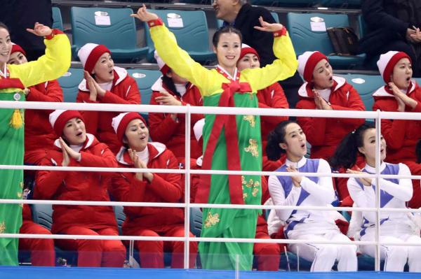 Đội cổ vũ Triều Tiên nhảy theo hit của BTS đều như duyệt binh - 1