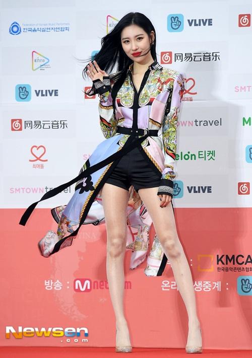 Sun Mi mặc quần short ngắn, khoe đôi chân dài như siêu thực. Cơn gió khiến cách tạo dáng của nữ ca sĩ thêm đẳng cấp.
