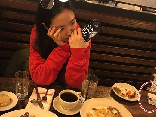 Na Eun khoe ảnh khi tham gia tuần lễ thời trang.