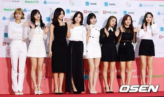 Các cô Twice xuất hiện với tông đen, trắng. Nhóm đã có một năm cực kỳ bận rộn và thành công.