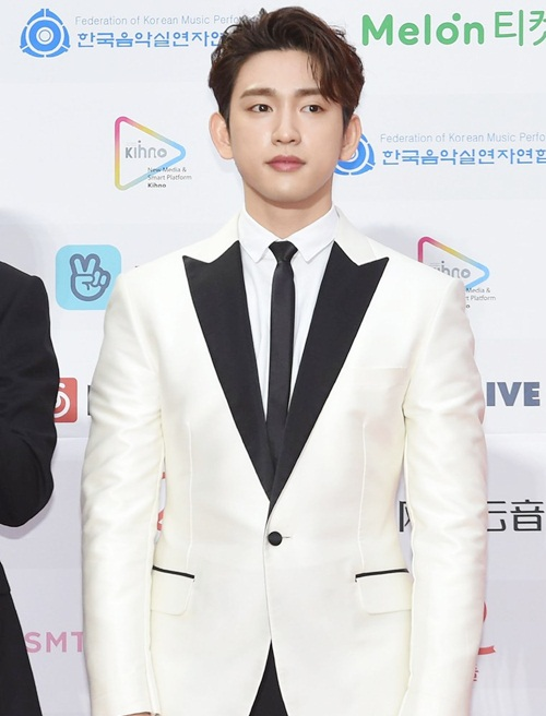 Park Jin Young giống với chàng bạch mã hoàng tử với đồ vest trắng.