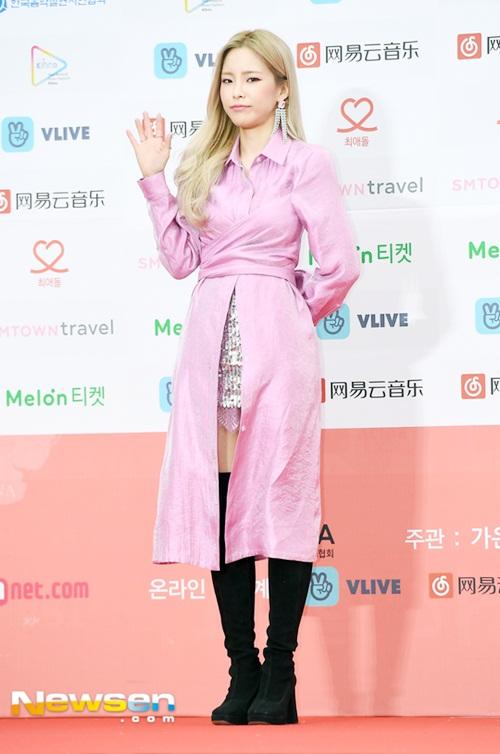 Nữ rapper Heize chọn cả cây hồng nổi bật.
