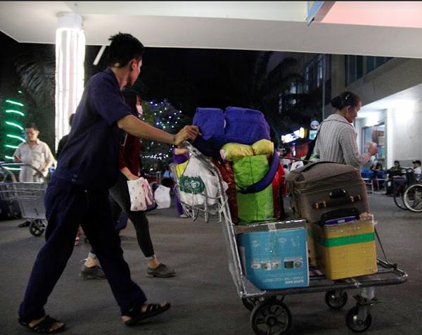 Những người âm thầm làm công việc vận chuyển hàng hóa ở sân ga.