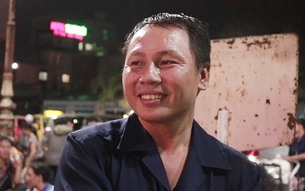 Nụ cười hiền hòa của một nhân viên vận chuyển hàng ở Ga Sài Gòn ngày cuối năm.
