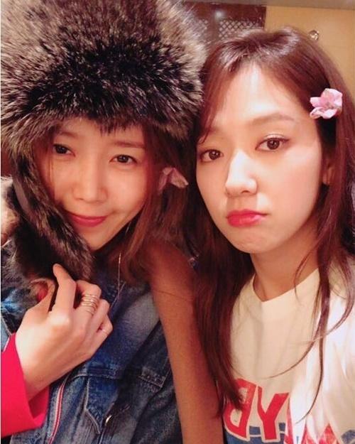 Nữ diễn viên Chae Jung An hội ngộ Park Shin Hye ở Tuần lễ thời trang New York. Ngôi sao Pinocchio cài hoa lên tóc, làm mặt phụng phịu cute.
