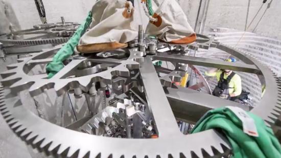 Ông chủ Amazon xây dựng đồng hồ siêu khủng trị giá 42 triệu USD - 3