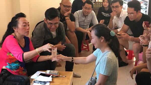 Cách lì xì độc của cô Lan Hương dành cho học trò cũ.