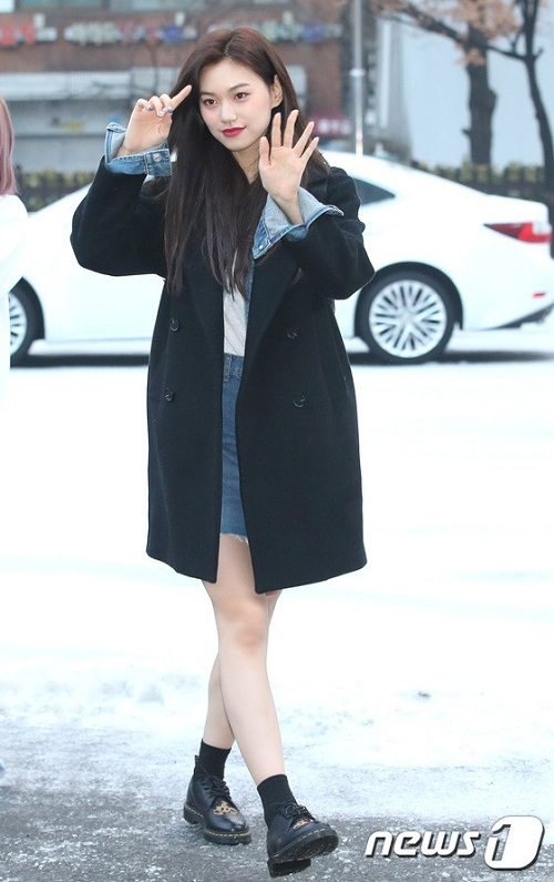 Do Yeon (Weki Meki) tạo dáng rạng rỡ trước ống kính.