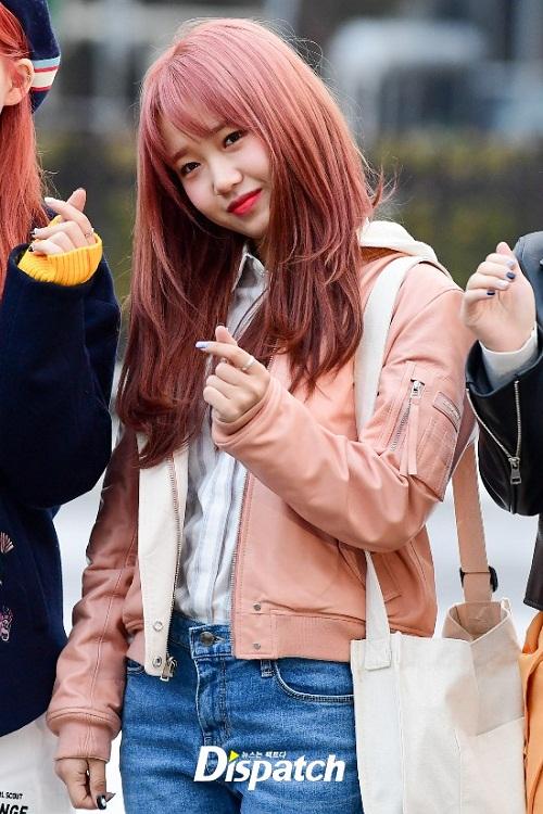 Yoo Jung càng đáng yêu hơn với mái tóc hồng.