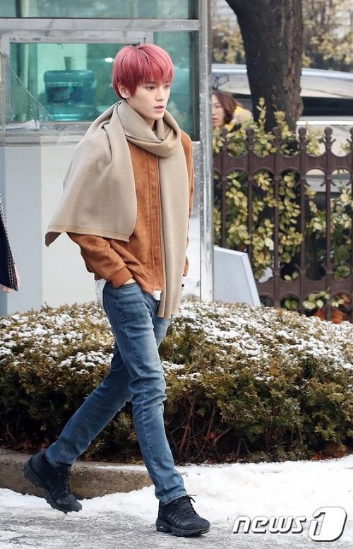 Dù màu tóc hồng khá kén nhưng vẻ đẹp của Tae Yong lại không hề bị dìm hàng.